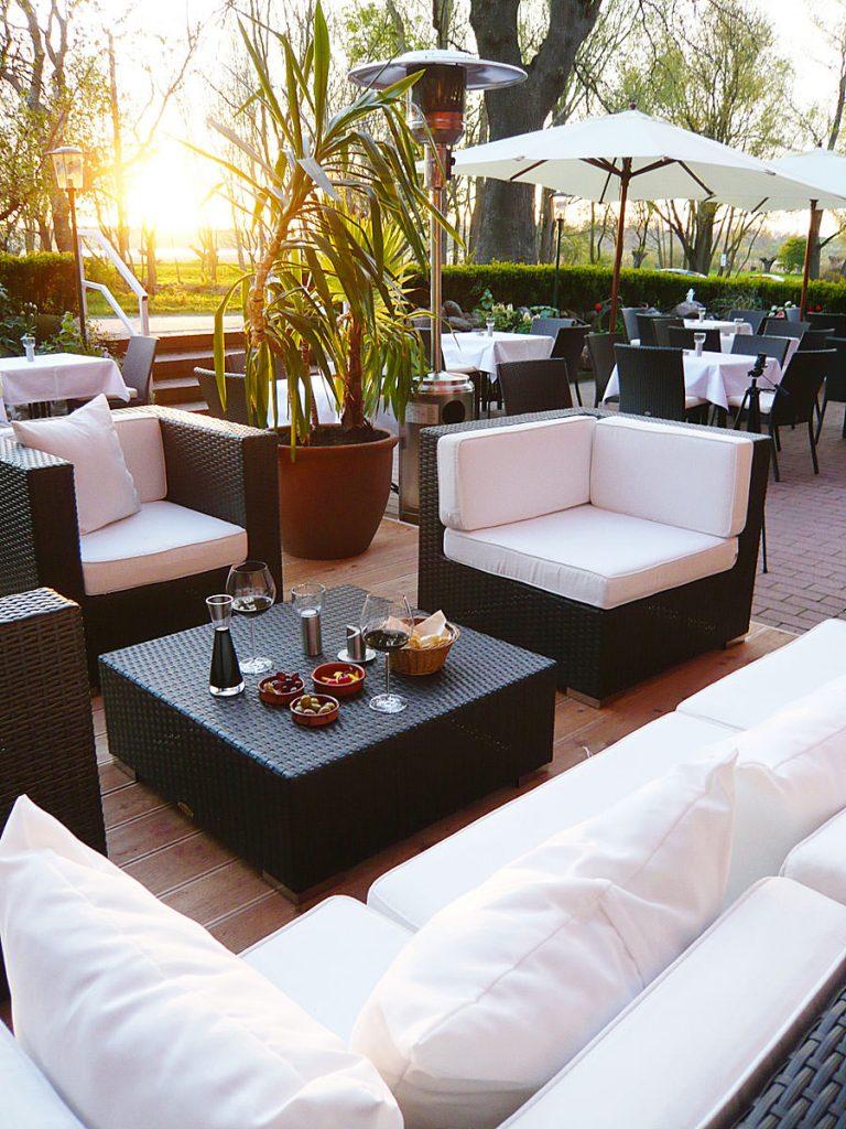 terrasse lounge insel ruegen schloss spyker | Inselzeitung Rügen
